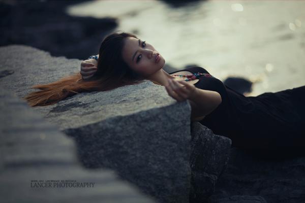 关于朦胧的说说:晨曦,曙光,雨的复调滴滴答答,打湿窗 前粉蔷薇的梦,朦胧淡雅的阳光伴随着雨 的复调,凌乱了仅有的华丽