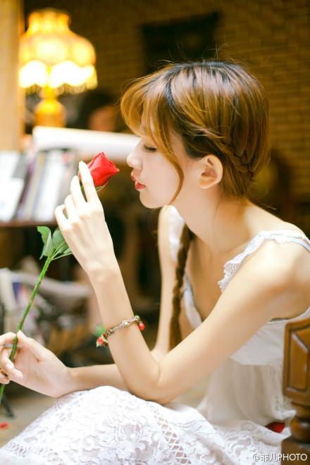 关于优点的说说:很多时候我们去爱一个人 不是应该只爱她的优点 更应该喜欢上她的缺点 因为爱本身就是一个包容缺点的过程
