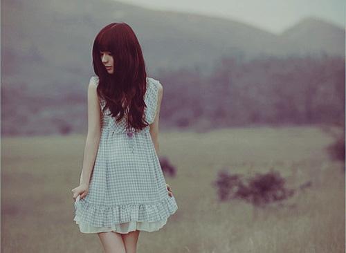 关于悲喜的说说:为女子,在尘世颠沛。看尽冷暖悲喜。 为男子,在浮生流连。看遍弱水红花。