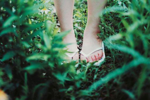 关于脚印的说说:一步一步  一步在沙滩漫步 踩着你的脚印  走你走过的路