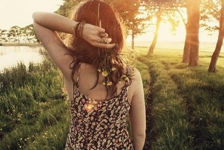 关于遥远的说说:世界最艰辛的爱,不是生死离别,也不是两两相忘,而是两个人明明尽在咫尺,心却遥远在天涯